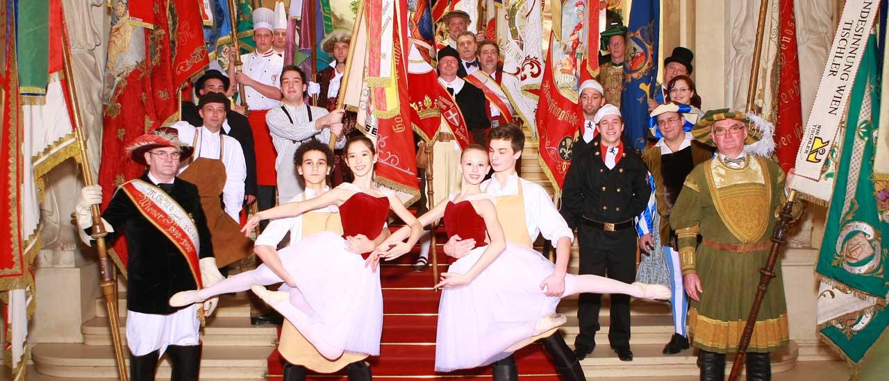 Fahnenträger und Balletttänzer am Ball der Wiener Wirtschaft