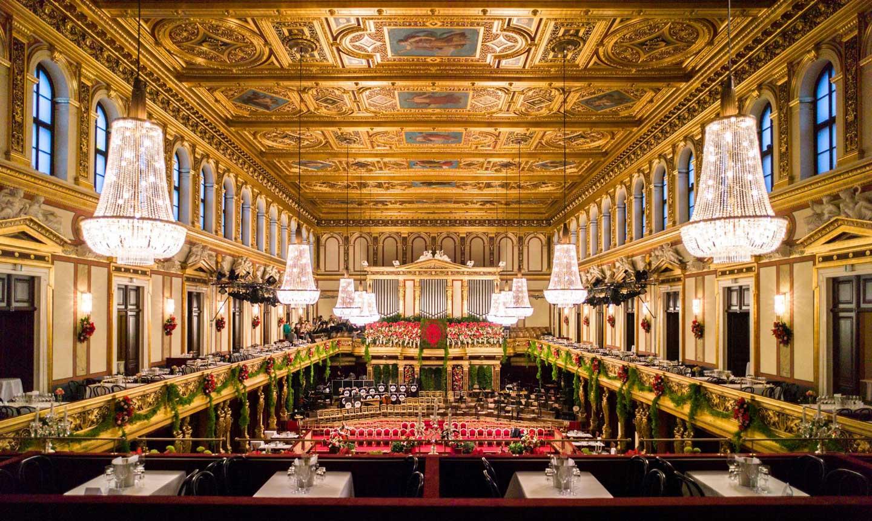 Der Goldene Saal im Musikverein, prunkvoll mit Blumen geschmückt - Photo by W. Hedenborg